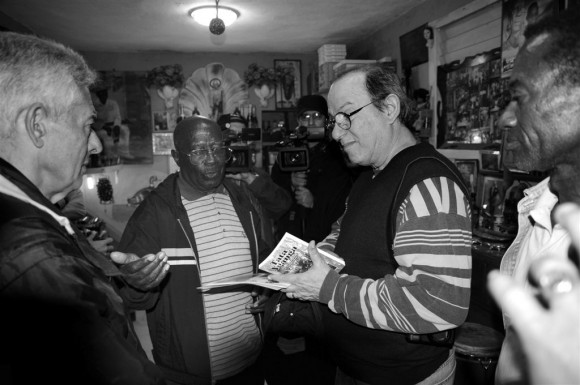Intercambio de libro entre Enriquito y Silvio. Foto: Roberto Chile
