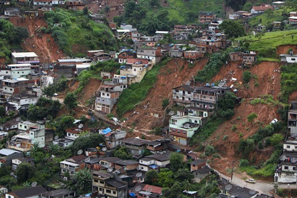 Foto: Una toma aérea muestra un vecindario afectado por los aludes en Nova Friburgo, Brasil, el domingo 16 de enero del 2011. (Foto AP/Felipe Dana)