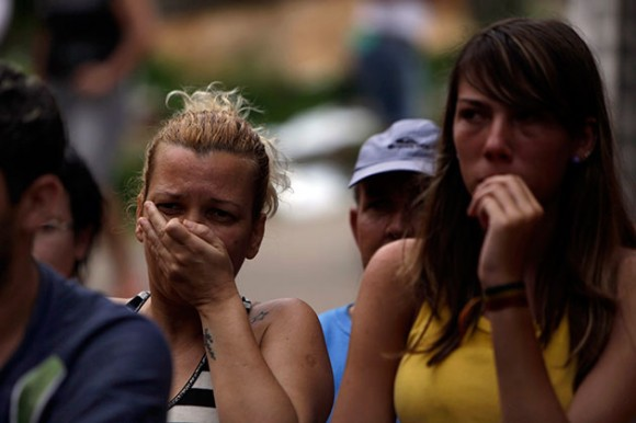 Foto: Residentes reaacionan mientras los socorristas recuperan cuerpos de los fallecidos durante aludes en Nova Friburgo, en el estado de Río de Janeiro, Brasil, el sábado 15 de enero del 2011. (Foto AP/Felipe Dana)