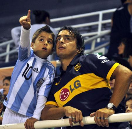 Argentinos acudieron al estadio en Mar del Plata para ver al gran Diego. Foto: Kaloian