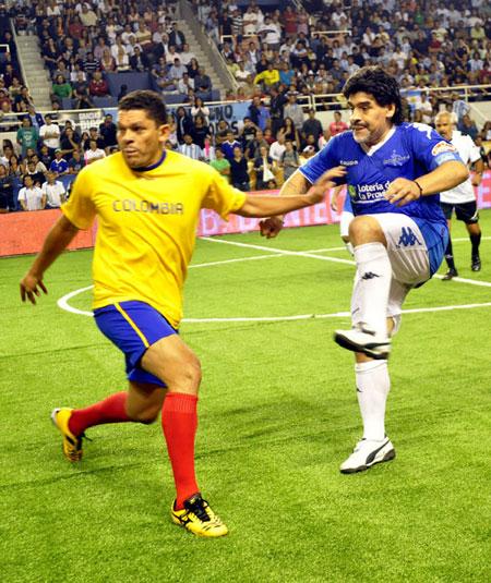 Maradona en el juego con veteranos colombianos. Foto: Kaloian