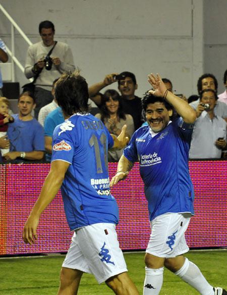 Maradona y otros veteranos argentinos jugaron con amigos colombianos. Foto: Kaloian