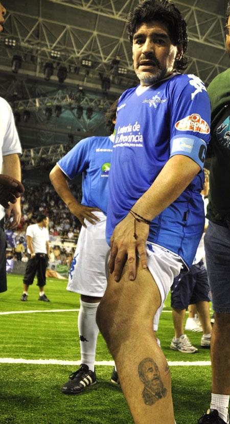 Diego muestra un tatuaje con la imagen de Fidel Castro, en su pierna izquierda. Foto: Kaloian