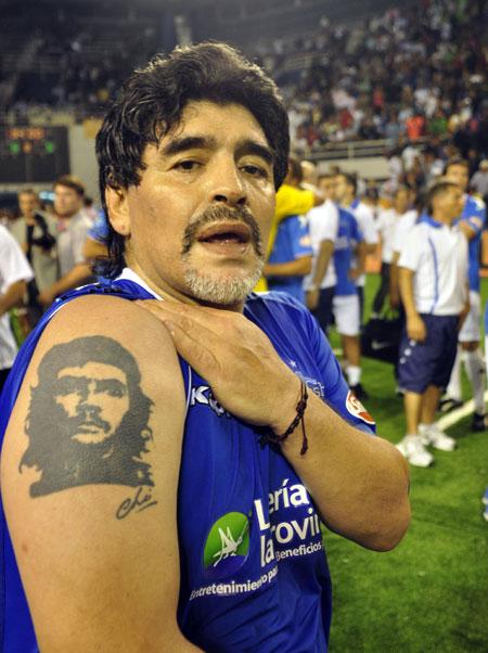 En el brazo derecho de Maradona la imagen del Che Guevara. Foto: Kaloian