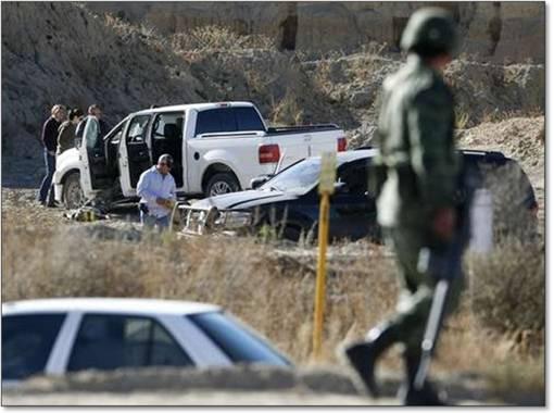 Tras una persecución de más de dos kilómetros, policías de Coahuila dieron muerte ayer a un sujeto de unos 25 años que conducía la camioneta de Saúl Vara Rivera, el recién asesinado edil de Zaragoza, en el mismo estado, en la carretera Saltillo-Torreón Foto Alberto Puente