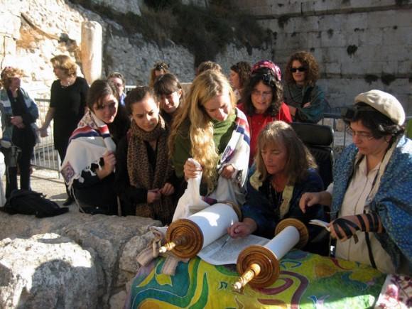 Miembros de la asociación Mujeres del Muro lee la Torá junto al Muro de las Lamentaciones, en Jerusalén.