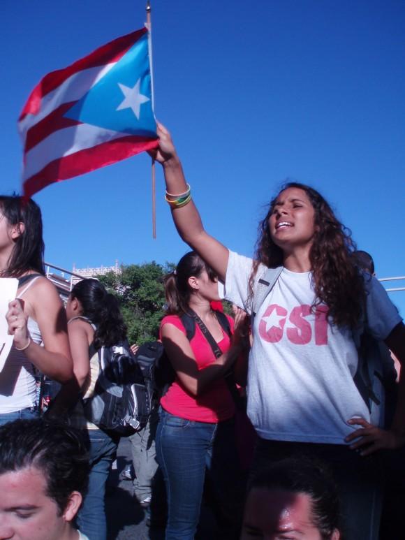 Camila, estudiante universitaria, en un ejercicio de desobediencia civil frente al Capitolio