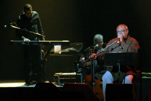 El cantautor cubano Pablo Milanés, ofreció un concierto como parte de su gira nacional, auspiciada por la Institución Cultural PM Récord y el Instituto Cubano de la Música, en el teatro Karl Marx, en la capital cubana, el 22 de enero de 2011. AIN FOTO/Marcelino Vázquez HERNANDEZ/