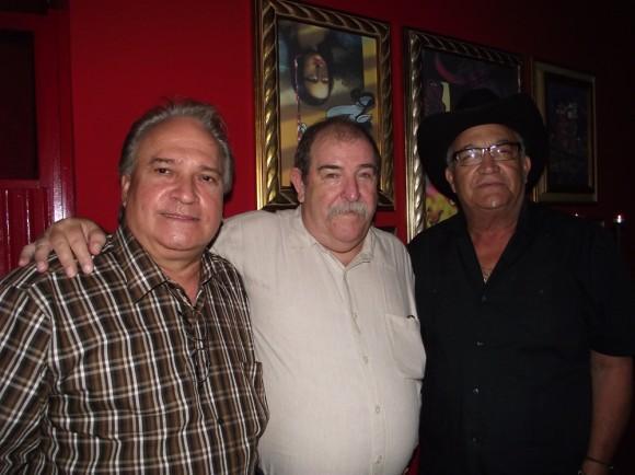Dentro de los asistentes a la reinauguración, el maestro Frank Fernández y Eliades Ochoa.