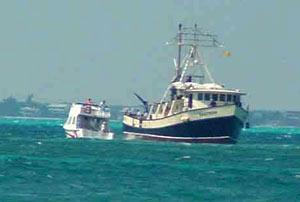 """Pescadores de Isla Mujeres salvan al """"Santrina"""" de quedarse en un banco de arena el 14 de marzo de 2005. Foto: D.R. 2005 Mario Alonzo, Por Esto!"""