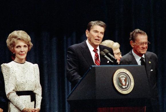 Ronald Reagan en una conferencia en la Casa Blanca.