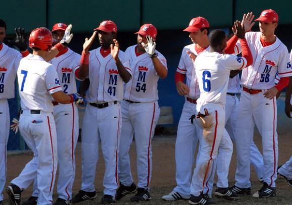 """El equipo Metropolitanos, durante el encuentro de beisbol con  Pinar del Río , en el estadio Santiago """"Changa"""" Mederos, en La Habana, el 5 de enero de 2011. AIN FOTO/Marcelino VAZQUEZ HERNANDEZ"""