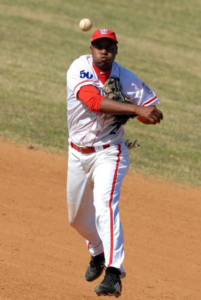 """Rangel Rodriguez,  en una jugada en segunda base, durante el encuentro de beisbol entre los equipos  Pinar del Río y Metropolitanos, en el estadio Santiago """"Changa"""" Mederos, en La Habana, el 5 de enero de 2011. AIN FOTO/Marcelino VAZQUEZ HERNANDEZ"""