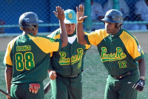 """Donal Duarte (D), saluda a sus compañeros despues de conectar de cuadrangular, en el encuentro de beisbol entre los equipos de Pinar del Río y Metropolitanos, en el estadio Santiago """"Changa"""" Mederos, en La Habana, el 5 de enero de 2011. AIN FOTO/Marcelino VAZQUEZ HERNANDEZ"""