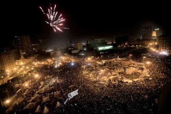 Celebran con fuegos artificiales en la Plaza Tahrir. Foto: Marco Longari/AFP