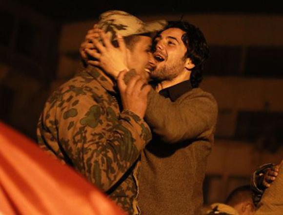 La alegría es de todos los egipcios, en la foto otro civil besando a un militar. Foto: Patrick Baz /AFP
