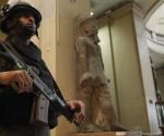Soldado custodiando reliquias del Museo Egipcio en El Cairo