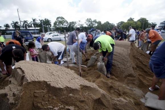 Residentes llenan bolsas con arena ante la inminente llegada del ciclón 'Yasi', considerado por los meteorólogos uno de los de mayor fuerza de las últimas décadas, en el pueblo de Townsville, en el estado de Queensland, en el noreste de Australia, hoy martes 01 de febrero de 2011. Las autoridades de Queensland aceleraron hoy la evacuación de miles de personas de localidades costeras como medida preventiva. EFE/STEWART MCLEAN