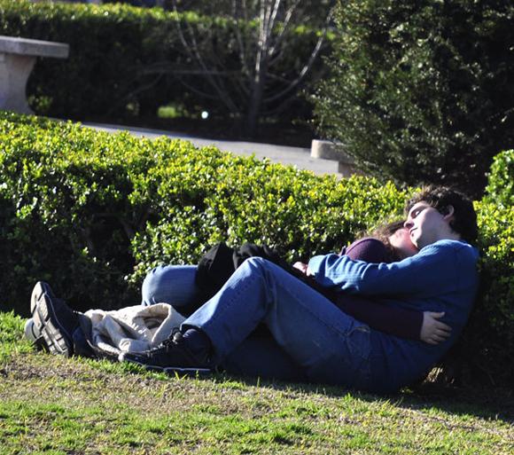 Abrazo en la hierba. Foto: Kaloian