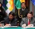 """Foto: El canciller boliviano, David Choquehuanca (i), y su homólogo cubano, Bruno Rodríguez Parrilla (d), firman el acta de su encuentro hoy, miércoles 2 de febrero de 2011, en La Paz (Bolivia), donde Rodríguez rechazó """"la injerencia"""" que en su opinión realiza Washington en el conflicto social y político que vive Egipto, y pidió que la solución sea """"pacífica y soberana"""". EFE/Martin Alipaz."""