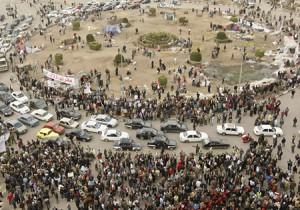 Muchos manifestantes han abandonado la plaza en el centro de El Cairo y el tráfico fluía en la zona por primera vez en dos semanas.