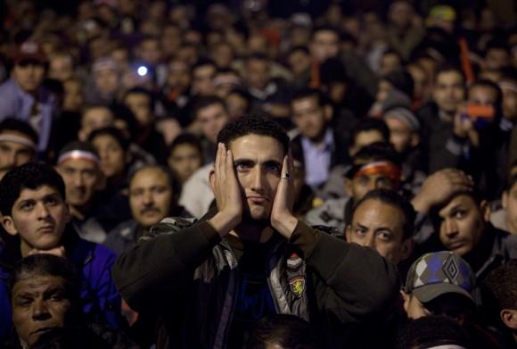 Protestantes observan en una pantalla al Presidente Mubarak dirigirse a la nación. Foto: Boston Globe