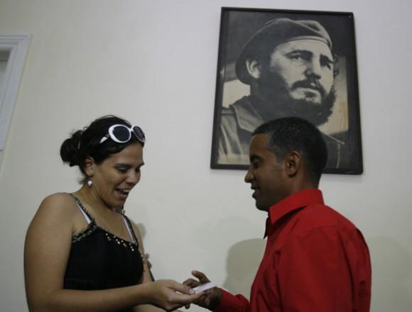Serpa recibe de Gisela, una de las periodistas que lo insultó durante las manifestaciones de las Damas de Blanco, el carné de la UPEC. Foto: Ismael Francisco