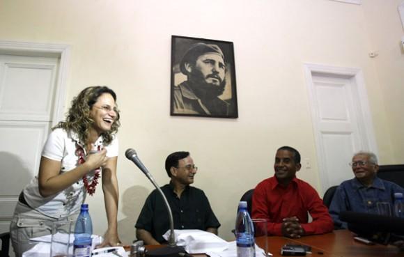 En el acto donde los periodistas ofrecieron el homenaje a Serpa. A la derecha del agente Emilio, Tubal Páez, presidente de la UPEC. Foto: Ismael Francisco