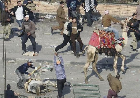 Los partidarios del presidente de Egipto, Hosni Mubarak, se enfrentan con palos y piedras a los activistas de la oposición, tras irrumpir en la plaza Tahrir en El Cairo (Egipto) hoy, miércoles, 2 de febrero de 2011. EFE/HANNIBAL HANSCHKE