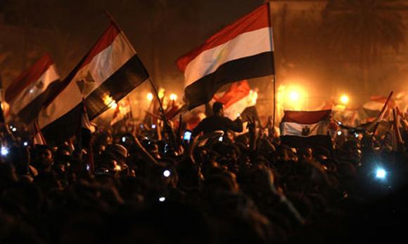 El pueblo ondea las banderas para celebrar en la Plaza Tahrir. Foto: AFP