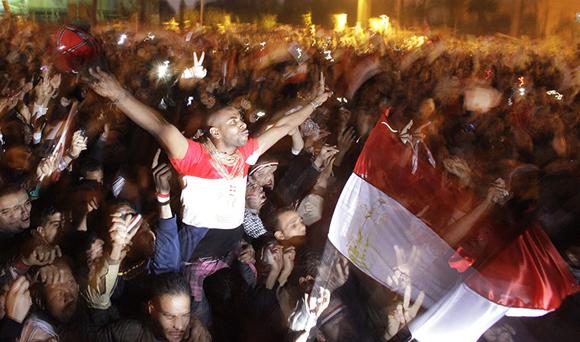 Egipcios celebran después de 18 días de protestas. Foto: Ben Curtis/AP
