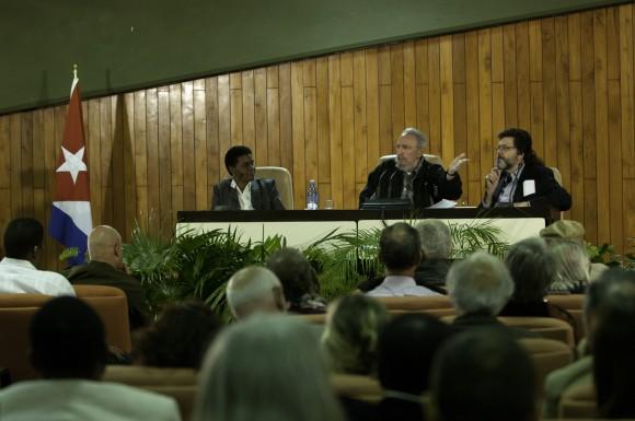 Fidel con intelectuales. Foto: Roberto Chile
