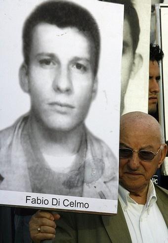 Giustino di Celmo con una foto de su hijo Fabio durante una manifestación frente a la sede la Oficina de Intereses de EEUU en La Habana. Foto: AFP
