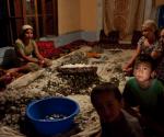 Familia uzbeka trabajando (AP Photo/Alexander Zemlianichenko)