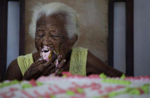 Comiendo su cake ayer en Santa Rosa. Foto:  Javier Galeano, AP