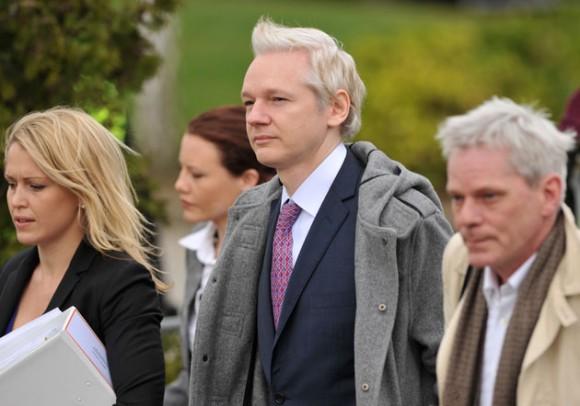 Julian Assange al llegar a la corte en Londres. Foto: AFP