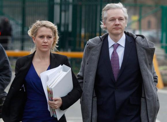 Julian Assange con sus abogados. Foto: AFP