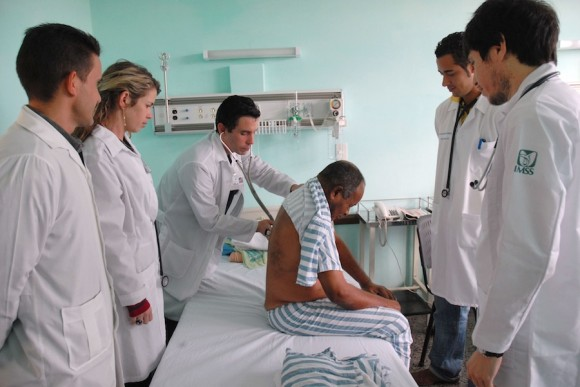 La Doctora Lisbet y su tropa valoran un paciente. Foto: Juvenal Balan
