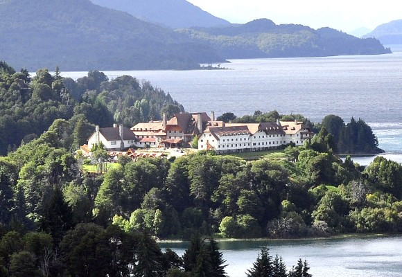 El hotel Llao Llao se ecuentra en medio del Parque Nacional Nahuel Huapi, rodeado por las aguas del lago de igual nombre y el Moreno. Foto: Kaloian Cabrera Santos