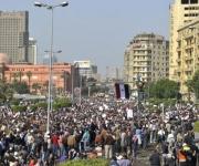 """Miles de personas participan en la """"marcha del millón"""", una concentración en la que se espera que acudan un millón de personas, en la plaza Tahrir de El Cairo, Egipto, hoy, martes 1 de febrero de 2011. Una marea humana de más de 100.000 personas, según fuentes de la seguridad, abarrota la plaza y decenas de miles más colapsan las calles aledañas, que siguen recibiendo a gente pese a que está a punto de entrar en vigor el toque de queda en Egipto. Los manifestantes exigen la dimisión inmediata del presidente egipcio, Hosni Mubarak, y la convocatoria de elecciones libres. EFE/Andre Liohn"""