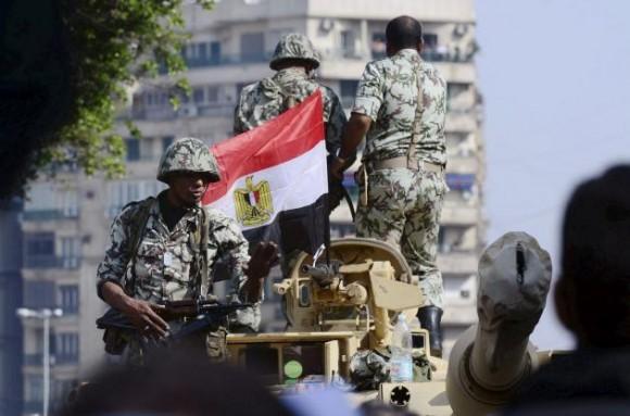 Soldados egipcios intentan calmar a los manifestantes durante una masiva protesta convocada por el movimiento opositor para exigir la dimisión del presidente Hosni Mubarak, en la plaza Tahrir (plaza de la Liberación) en El Cairo, Egipto, hoy, martes 01 de febrero de 2011. EFE/HANNIBAL HANSCHKE
