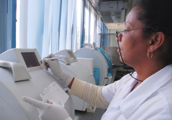 Modernos equipos garantizan adecuados análisis de sangre. Foto: Juvenal Balan