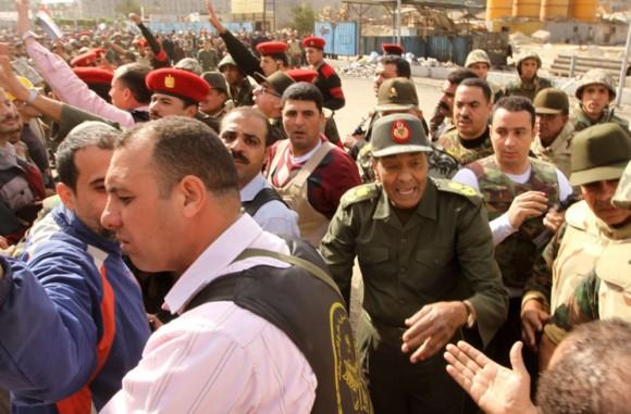 El general Mohamed Husein Tantawi habla con manifestantes anti-Mubarak en la plaza de la Liberación el pasado 4 de febrero.