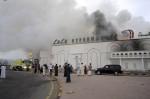 Los bomberos intentan extinguir el incendio en un supermercado en Sohar, Omán, incendiado durante las protestas. EFE/HAMID Al-QASMI