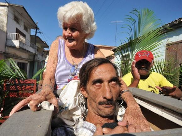 Vecinos del pueblo de Santiago de las Vegas, en las afueras de La Habana, interpretan cada 5 de febrero el entierro de Pachencho. Foto: EFE/Alejandro Ernesto