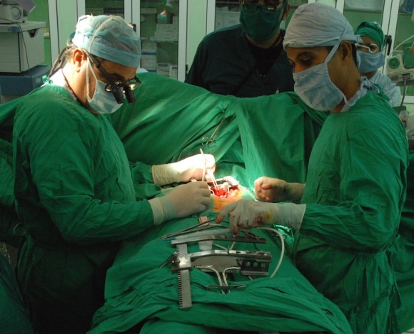 Paredes ha perdido la cuenta de las veces que ha hecho una operación como esta. Foto: Juvenal Balan