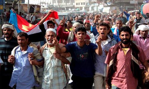 Miles de manifestantes de la oposición se manifestaron hoy por segundo día consecutivo contra el régimen del presidente Ali Abdalá Saleh en la Universidad de Saná, en unas protestas alimentadas por el reciente triunfo de la revolución egipcia.