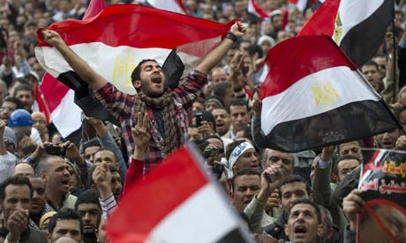 Los manifestantes ondean las banderas para celebrar en la Plaza Tahrir Foto: Pedro Ugarte/AFP