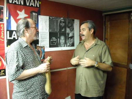 Silvio Rodríguez y Carlos Alberto Cremata, director de La Colmenta. Foto: Archivo de La Colmenita