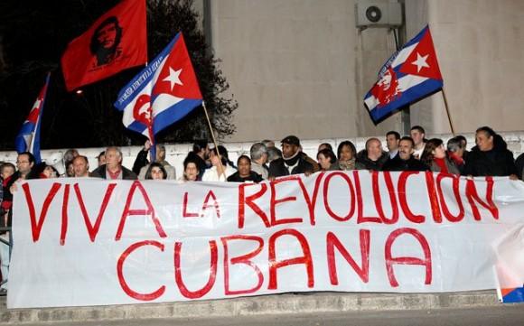 Convocados por la Coordinadora Estatal de Solidaridad con Cuba, los manifestantes, ondeando banderas de Cuba, corearon vivas por el pueblo isleño.